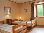 -une autre petite chambre à deux lits