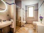 Bagno, ampio e luminoso, fornito di set cortesia, asciugamani e asciugacapelli.