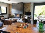 Amplio salón comedor con chimenea y preciosas vistas al valle