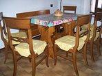 Tavolo e sedie in cucina