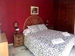 Dormitorio con cama doble y armario empotrado