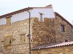 Situado en una de las zonas más tranquilas del pueblo, con una fachada de piedra.