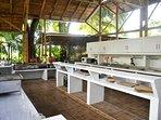 amplia cocina al aire libre, con alacenas cerradas para vajilla y mercado