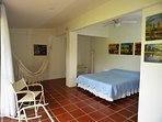 habitación 1 con vista al jardín, cama doble y baño en suite