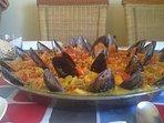 Paella típica tal y como la sirven en los chiringuitos de alrededor.