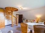 Von beiden Zimmer führt je eine Wendeltreppe... // From each of these rooms a spiral staircase ...