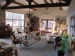 Boutique de produits régionaux, exposition d'artistes, salon de thé, dégustation de vin, de miels...