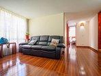 Enjoy the Very comfortable sofa with 2 reclining chairs. Disfruta un sofa muy comodo....