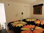 Camera con letti singoli (soppalco)/Chambre twin (mezzanine)/ room with single beds in the mezzanine