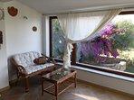 angolo soggiorno con vista  mare e giardino