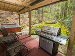 BBQ, Hot Tub, backyard creek and walking trail! Relax and enjoy your vacation.