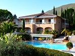Villa derrière la piscine couverte par un dôme de 130 m2