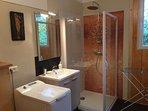 Une Salle de douche avec WC par chambre