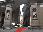 To reach the flat through the great arch of the Uffizi Gallery.In the background the building .