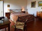 Camera da letto matrimoniale con accesso alla terrazza panoramica