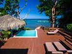 La piscina e la terrazza si affacciano sul Mar dei Caraibi