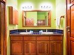 Doppi lavandini nel bagno principale