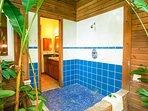 La camera da letto principale ha una doccia esterna privata