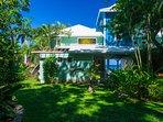 Il giardino tropicale circonda la casa