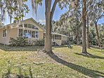 Have the ultimate Sunshine State experience with this marvelous Dunnellon vacation rental house.