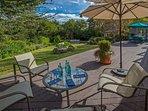 La terrazza soleggiata e ampia si affaccia sul cortile e sulla piscina