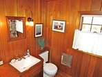 The queen bedroom and twin room have access to this full bath between the two