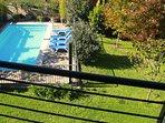 Vista del jardín y piscina desde la suite de la planta alta