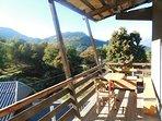 Son grand balcon accessible par le jardin, le salon et la chambre familiale.