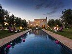 villa avec piscine  de nuit