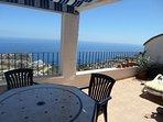 Grande terrasse aménagée, située plein sud  avec vue 180° sur la mer.  Pergola, vitres coulissantes