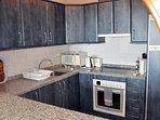 Cuisine équipée, frigo, réfrigérateur, four, taque, évier, hotte, micro-onde, vaisselles, ...