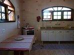 cozinha equipada com utensílios básicos e eletrodomésticos.