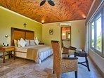 Iguana - master, en-suite king bedroom