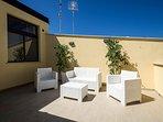 la terrazza arredata con divanetti e sdraio