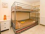 Dormitorio con litera (2 plazas) y cama nido (+1)