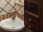 un nuovo efficace lavabo nell'angolo doccia