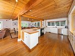 This charming kitchen is fully equipped!