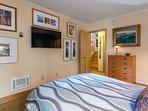 Master Bedroom-Queen Bed, Bottom Level- En-suite full bathroom