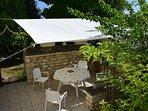 la terrasse couverte (voile d'ombrage); Il y a aussi une balancelle, des hamacs, des transats etc