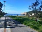 Paseo peatonal con carril bici desde el pueblo a la playa