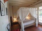 Chambre 1 parentale RDC - lit 160 x 200 climatisée baldaquin moustiquaire - accès terrasse & piscine