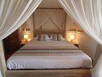 Chambre 1 parentale RDC - lit 160 x 200 -  climatisée baldaquin moustiquaire
