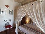 Chambre 1 parentale RDC - lit 160 x 200 - climatisée baldaquin moustiquaire avec accès salle d' eau