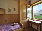 Bedroom with bunkbeds and a view on the mountains