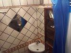 il bagno del cottage, piccolo ma luminoso ed efficace, appena ristrutturato