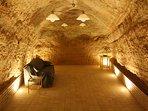 La casa tiene una cueva excavada en la montaña donde se almacenaba vino.
