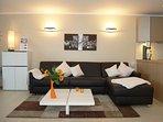 Wohnzimmer mit integriertem Doppelbett in dem Ledersofa