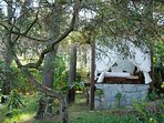 Tatami, un pequeño quincho en el medio del jardin ideal para lectura relax y meditacion.