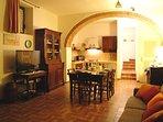 Salone rustico con cucina in muratura