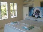 Le grand lit double, doté d'une excellent literie, fait face au paysage.